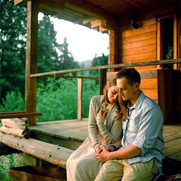 Муж и жена на крыльце
