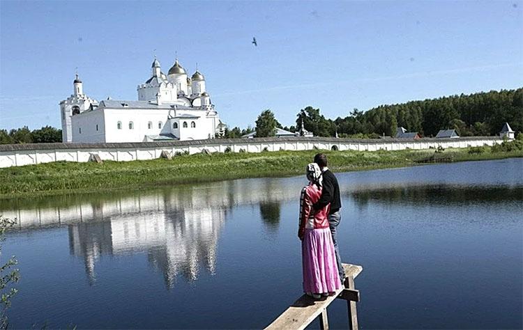Муж и жена возле храма