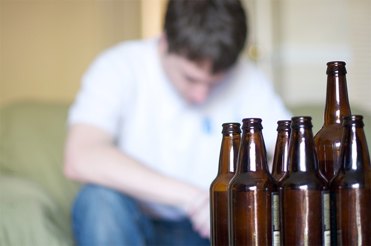 Мужчина и бутылки