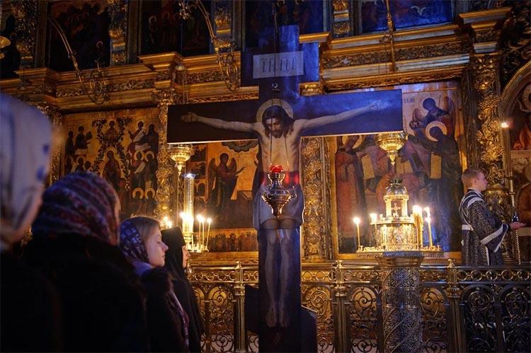 Прихожане перед распятием Христа в храме