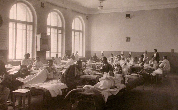Раненые и сестры милосердия в палате лазарета