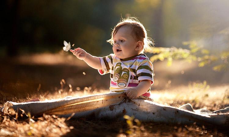 Ребенок и бабочка