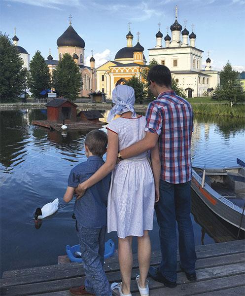 Семья возле храма