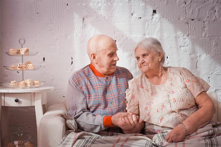 Старики держатся за руки