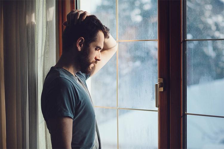 Задумчивый мужчина у окна