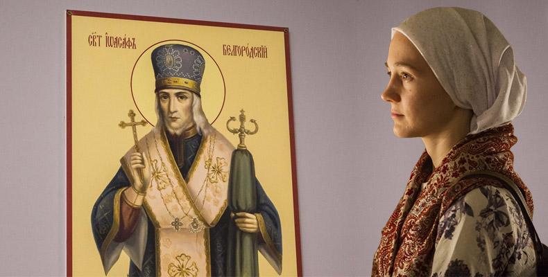 Женщина перед иконой святителя Иоасафа Белгородского