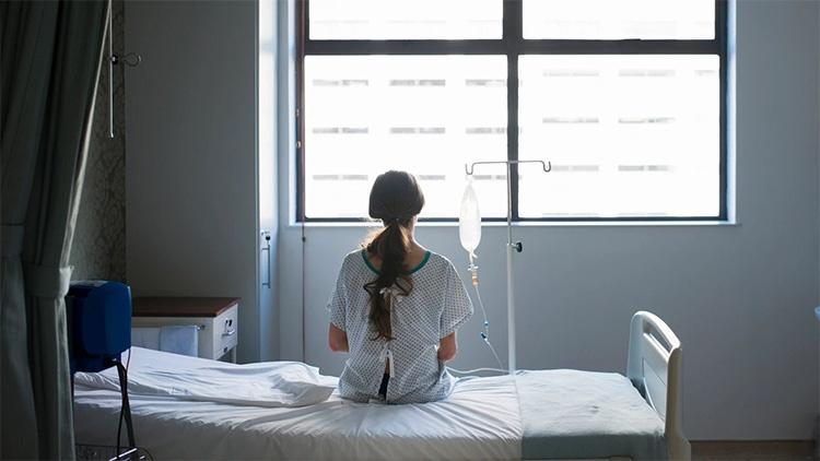 Женщина в больничной палате