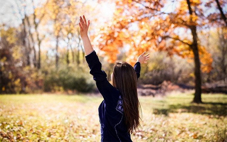 Женщина в парке осенью