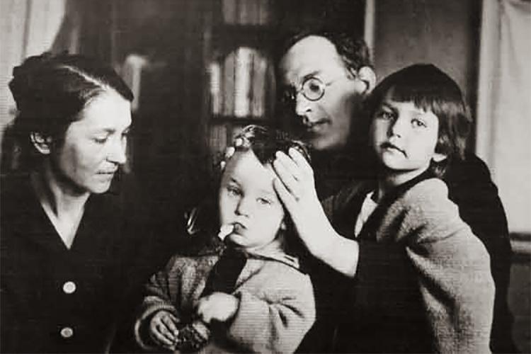 Борис Пильняк с женой и детьми