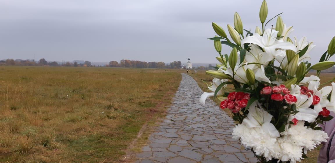 Букет цветов в церковь Покрова на Нерли