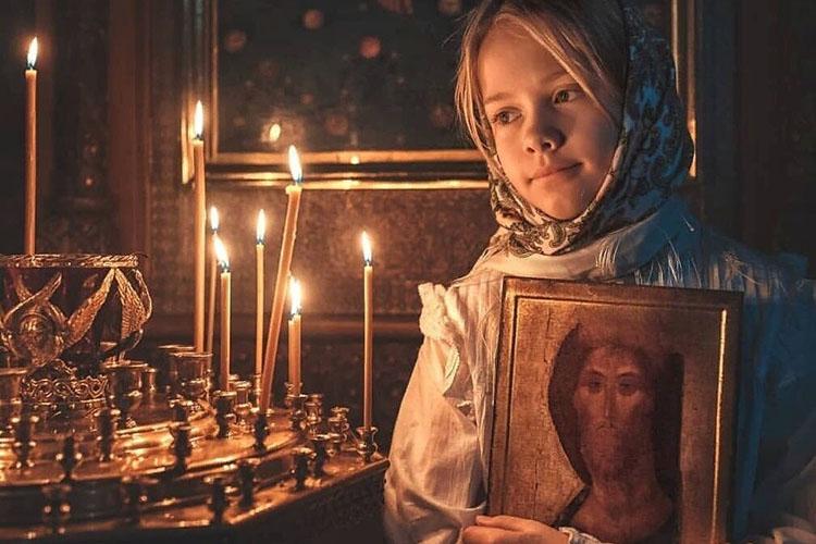 Девочка с иконой Спасителя