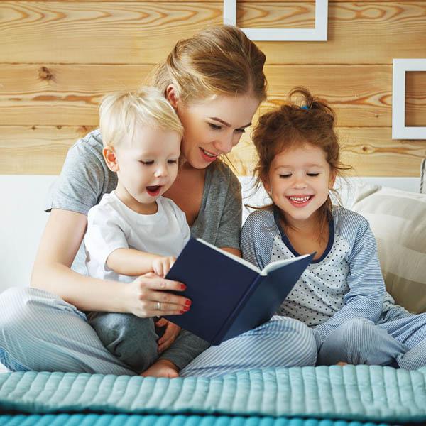 Мама читает детям