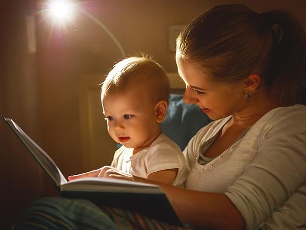 Мама читает ребенку перед сном