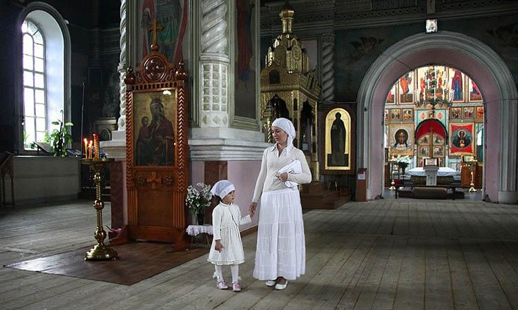 Мама с дочкой в храме