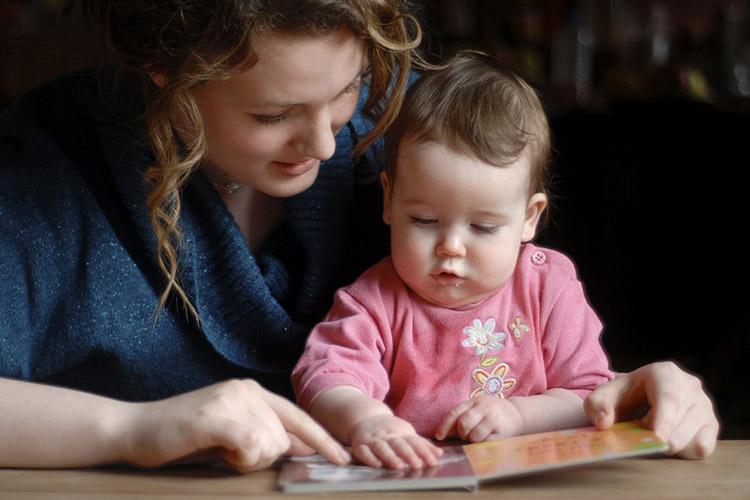 Мама с ребенком смотрят книжку