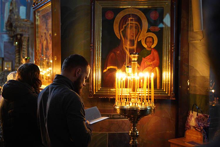 Молятся перед иконами в храме