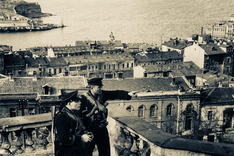 Моряки в Севастополе