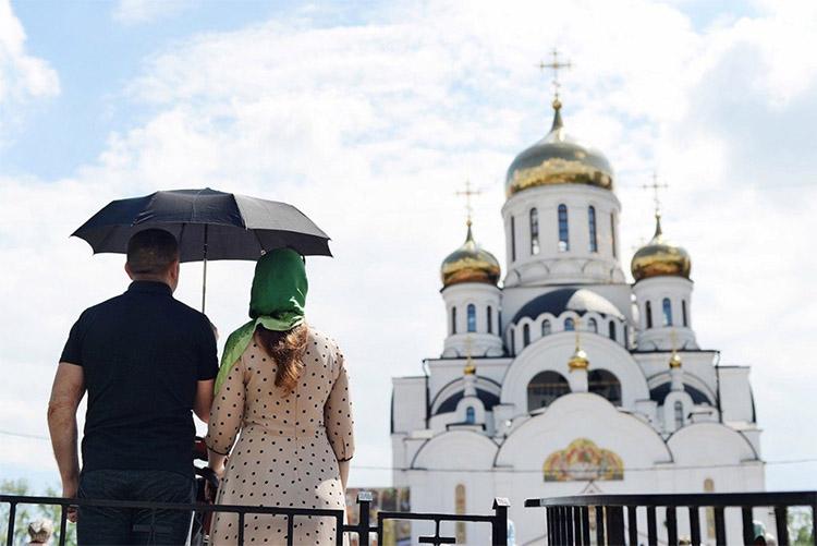 Муж и жена перед храмом
