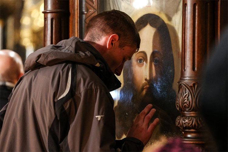 Мужчина перед иконой
