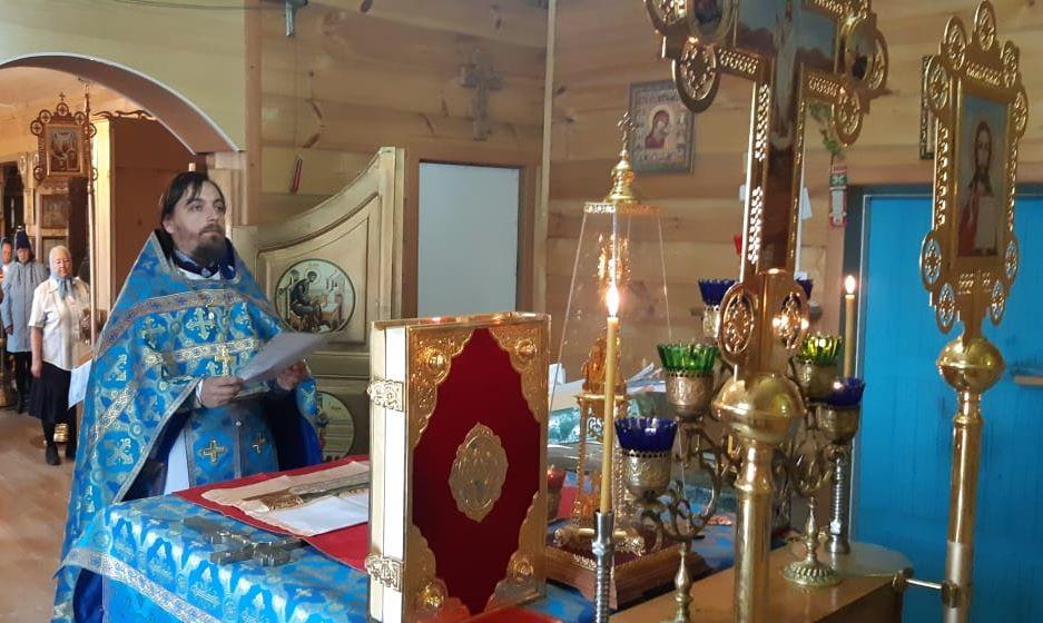 Отец Димитрий молится за нас в алтаре