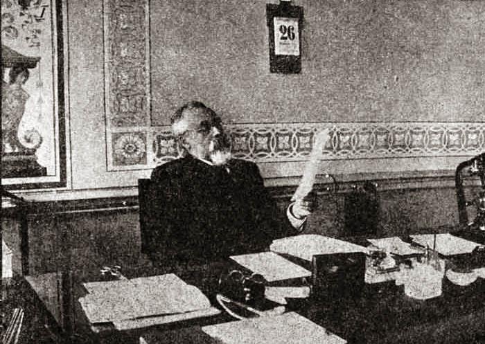 Сергей Муромцев за рабочим столом