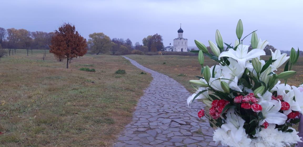 Цветы в церковь Покрова на Нерли