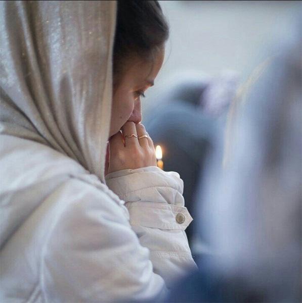 Женщина со свечой в руках