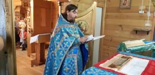 Священник Димитрий молится в алтаре