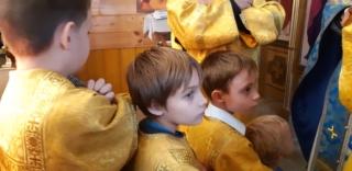 Юные алтарники перед причащением