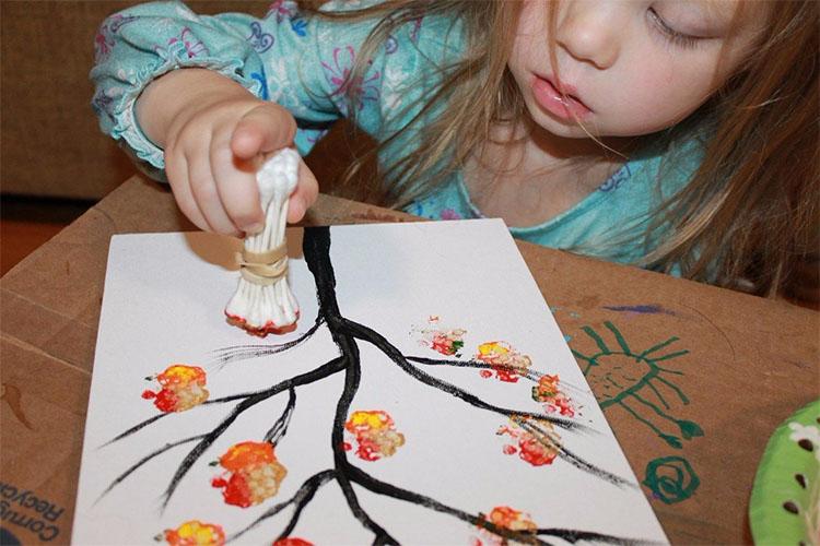 Девочка рисует дерево