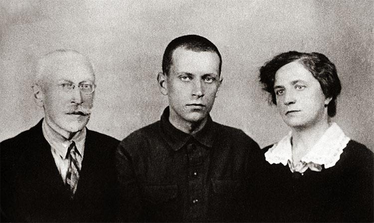 Дмитрий Лихачев с родителями