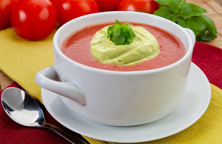 Холодный томатный суп с кремом из авокадоХолодный томатный суп с кремом из авокадо