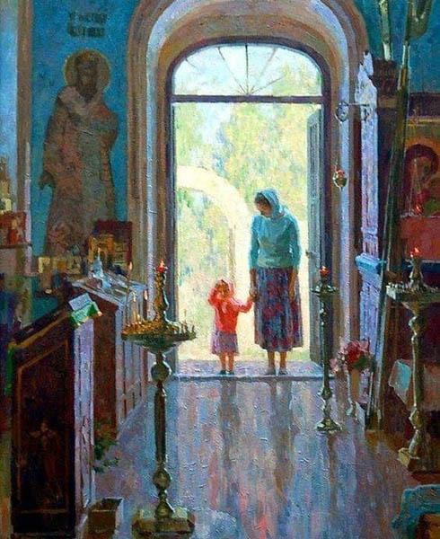 Мама с дочкой входят в храм