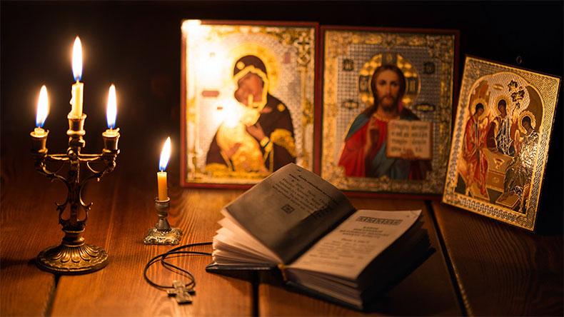 Молитвослов, иконы, свечи