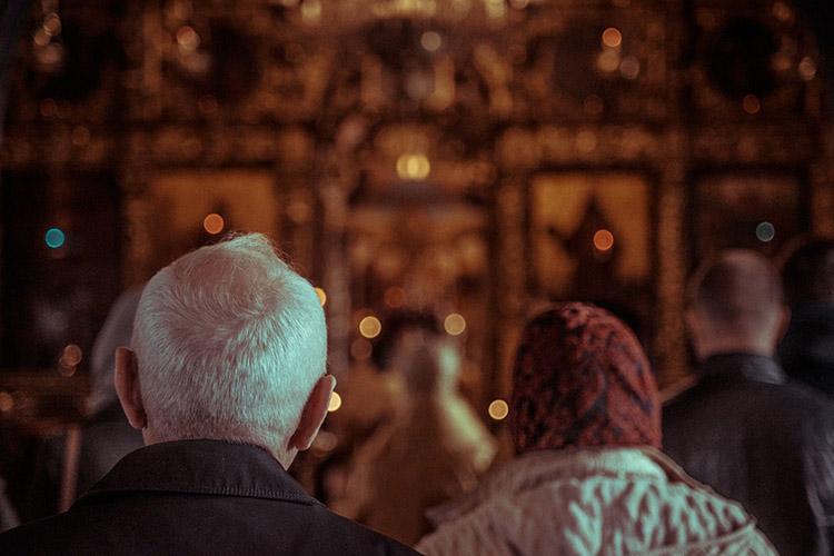 Молятся в храме