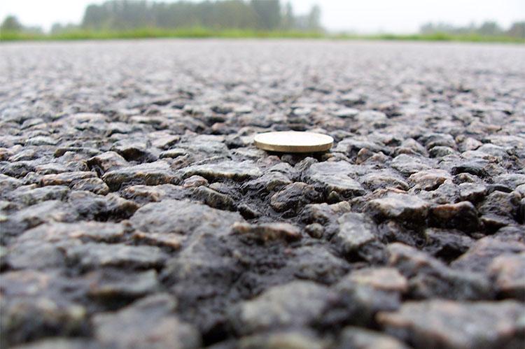 Монета на асфальте