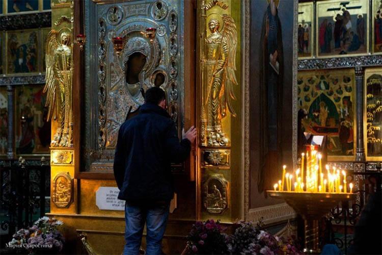 Мужчина перед иконой Пресвятой Богородицы