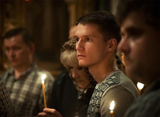 Мужчина в храме на Богослужении