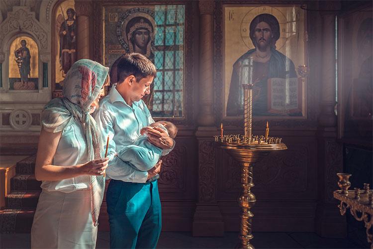 Семья с ребенком в храме