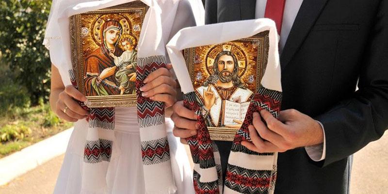 Жених и невеста с иконами в руках