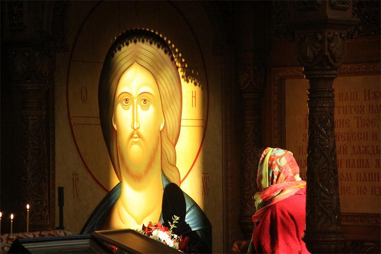 Женщина перед образом Спасителя