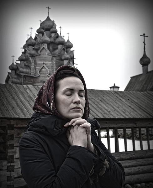 Женщина возле храма