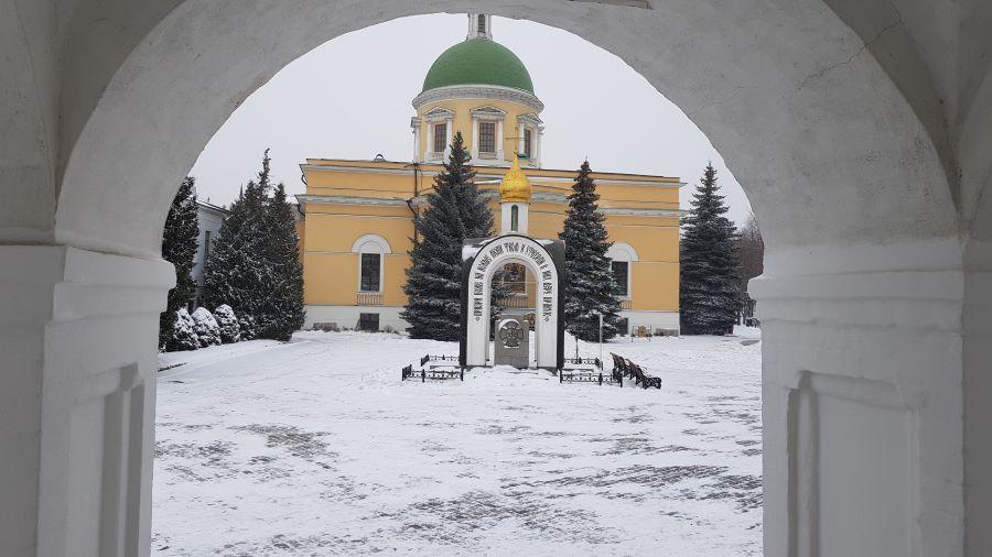 Зимний вид с крыльца храм Святых отцов