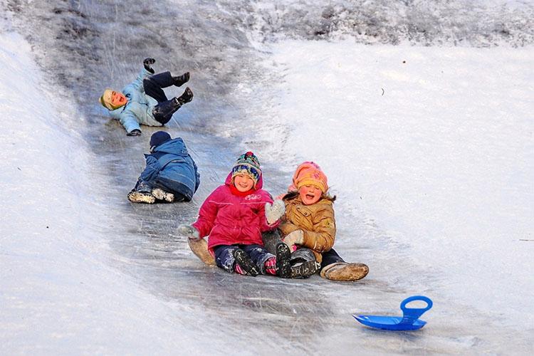 Дети катаются с горки