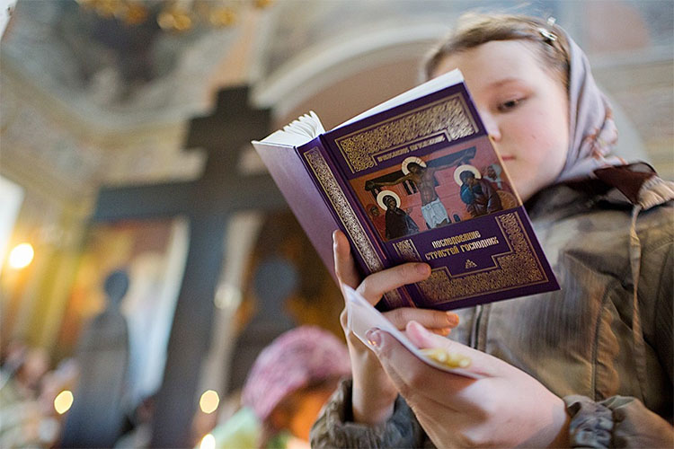 Девочка читает Последование Страстей Господних