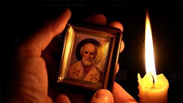 Иконка святителя Николая Чудотворца в руках
