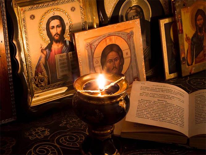Иконы, лампадка, молитвослов