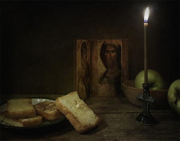 Иконы, свеча, хлеб