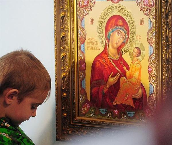 Мальчик перед иконой
