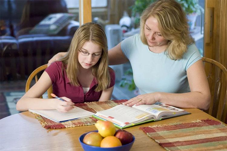 Мама с дочкой делают уроки
